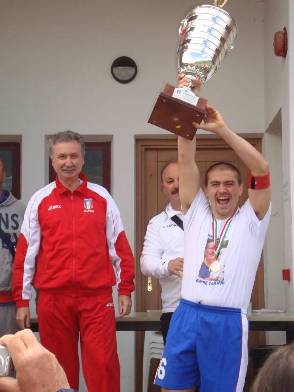 Il capitano Andrea Pacchia alza la Supercoppa